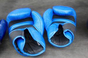 Blå boxning handskar
